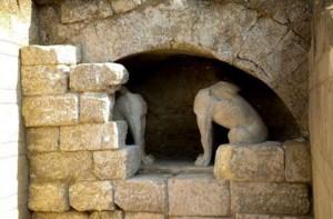 21.8.2014_Αποκαλύφθηκαν εξ ολοκλήρου οι Σφίγγες στην Αρχαία Αμφίπολη