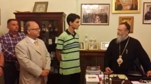 23.8.2014_Ο Μητροπολίτης Κορίνθου βραβεύει μαθητή που αρίστευσε