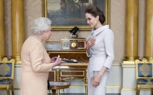 10.10.2014_Τιμητική διάκριση στην Αντζελίνα Τζολί, από την βασίλισσα Ελισάβετ