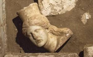 21.10.2014_Αμφίπολη εντοπίστηκε και αποκαλύφθηκε το μαρμάρινο κεφάλι Σφίγγας