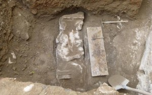 19.11.2014_Τμήμα επιτύμβιας στήλης βρέθηκε στον Κεραμεικό