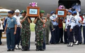 31.12.2014_Αεροσκάφος AirAsia οι πρώτες δύο σοροί στο αεροδρόμιο