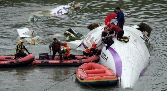 4.1.2015_Κατέπεσε αεροπλάνο σε ποτάμι στην Ταϊβάν
