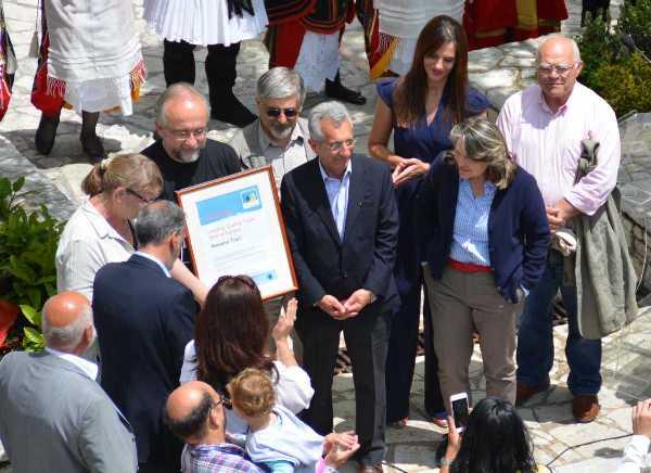 Παράδοση του πιστοποιητικού Μονοπατιού Κορυφαίας Ποιότητας από την πρόεδρο της Ευρωπαϊκής Συνομοσπονδίας Πεζοπόρων, Lis Nielsen, στον εμπνευστή και συντονιστή του Menalon Trail, Γιάννη Λαγό.