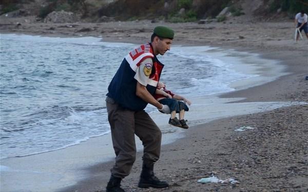 3.9.2015_Άψυχα σώματα προσφύγων και μικρών παιδιών