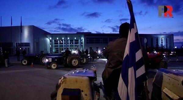26.2.2016_Το Διοικητήριο απέκλεισαν αγρότες της Λακωνίας