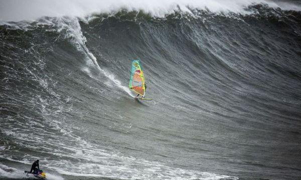 9.2.2016_Δαμάζοντας τα γιγαντιαία κύματα του Αντλαντικού με ένα windsurf