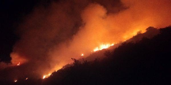 Υπό έλεγχο τέθηκε μεγάλη φωτιά στη Μονεμβασιά