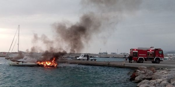 Φωτιά ξέσπασε σε σκάφος στη Μαρίνα Μονεμβασίας (ΦΩΤΟ)