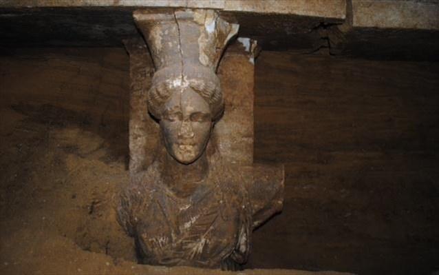 7.9.2014_Δύο εξαιρετικής τέχνης καρυάτιδες αποκαλύφθηκαν στο μνημείο της Αμφίπολης