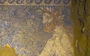 12.10.2014_Αμφίπολη εντυπωσιακό ψηφιδωτό αποκαλύφθηκε στο μνημείο του λόφου Καστά_2