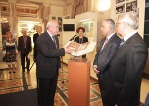 8.11.2014_Αντίγραφο του Ιερού Ευαγγελίου της Ουκρανίας δόθηκε στη Βουλή των Ελλήνων