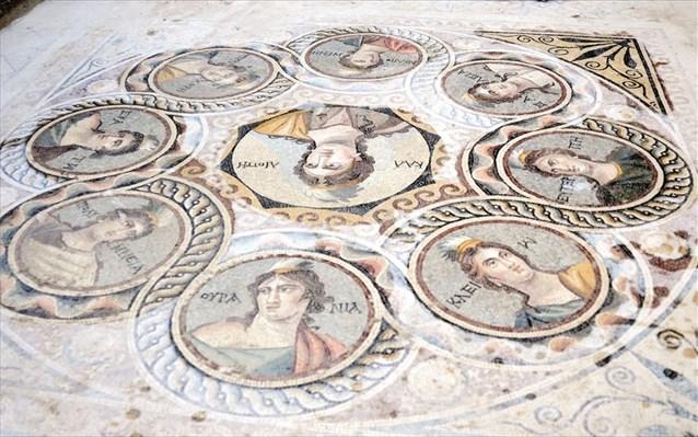 Στο ψηφιδωτό με τις Μούσες, το όνομα της καθεμιάς είναι γραμμένο στα ελληνικά.