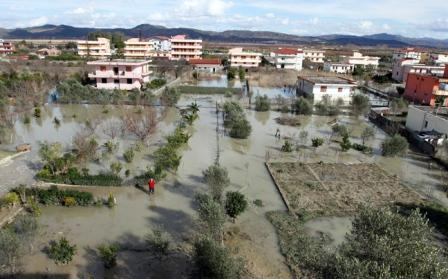 Οι Αρχές κάλεσαν τους κατοίκους που εκκένωσαν τις σοβαρά πληγείσες περιοχές να μην επιστρέψουν στα σπίτια τους, διότι, όπως ανακοίνωσαν, η κατάσταση παραμένει κρίσιμη και αναμένεται να επιδεινωθεί.
