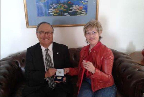 Η Πρύτανης του Ιονίου Πανεπιστημίου, προσφέρει στον Πρέσβη της Ιαπωνίας  το αναμνηστικό μετάλλιο του Πανεπιστημίου