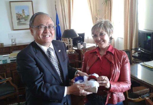 Ο Πρέσβης της Ιαπωνίας, προσέφερε στην Πρύτανη αναμνηστικά δώρα με την εικόνα του βουνού Φούτζι, του μεγαλύτερου βουνού της Ιαπωνίας