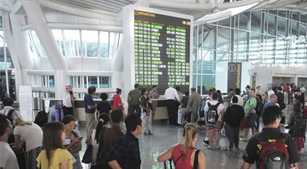 10.7.2015_Ινδονησία - Κλειστά πέντε αεροδρόμια λόγω έκρηξης ηφαιστείου