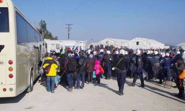 9.12.2015_Ολοκληρώθηκε η μεταφορά των αλλοδαπών από την περιοχή της Ειδομένης