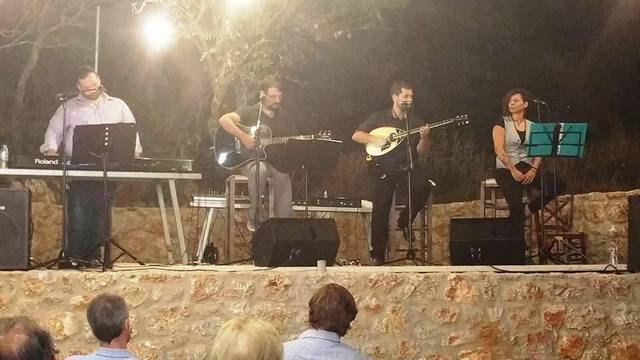 19.8.2016_Εντυπωσίασε το μουσικό αφιέρωμα για την ξενιτιά στα Φούτια