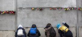 Σαν σήμερα έπεσε το Τείχος του Βερολίνου